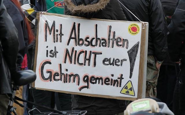 """Ein Transparent mit der Aufschrift """"Mit Abschalten ist nicht euer Gehirn gemeint!"""", aufgenommen am Montag (14.03.11) in Stuttgart bei einer Mahnwache zur Nuklearkatastrophe in Japan. Mit der Mahnwache wurde wegen der Atomkraftwerksunfaelle in Japan gegen Atomkraft demonstriert. (zu dapd-Text) Foto: Michael Latz/dapd"""