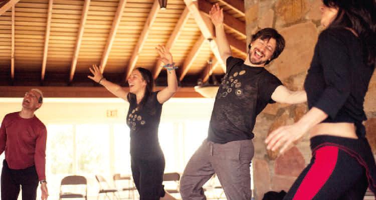 Elena-Ray-tanzende-Gruppe
