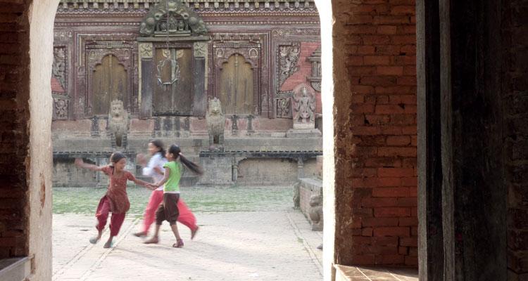 Spielende Mädchen im Changu Narayan, einem der ältesten Tempel im Kathmandutal, Foto: Ursula Grether