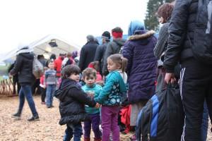 Flüchtlinge beim Grenzübergang Wegscheid von metropolico.org Lizenz: cc-by
