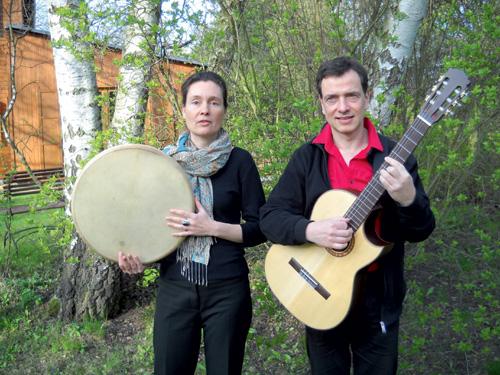 Gitta Hübner ist freiberufliche Musikerin, lebt in Berlin und singt im Duo CoraSon (www.corason.de) zusammen mit Martin Lenz, der ebenfalls mit Carsten Maurer arbeitet und in Berlin auch als Familienaufsteller bekannt ist.