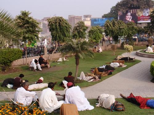 Immer mehr Zugezogene in Lahore müssen im Freien schlafen.