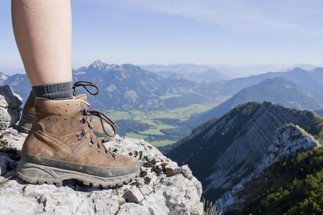 Hochwertige Wanderschuhe kosten einen gewissen Betrag. Dennoch: Sie und die dazugehörigen Socken sind praktisch das einzige, was wir wirklich fürs Wandern benötigen. Und zudem halten so hochwertige Stücke auch viele tausend Kilometer.