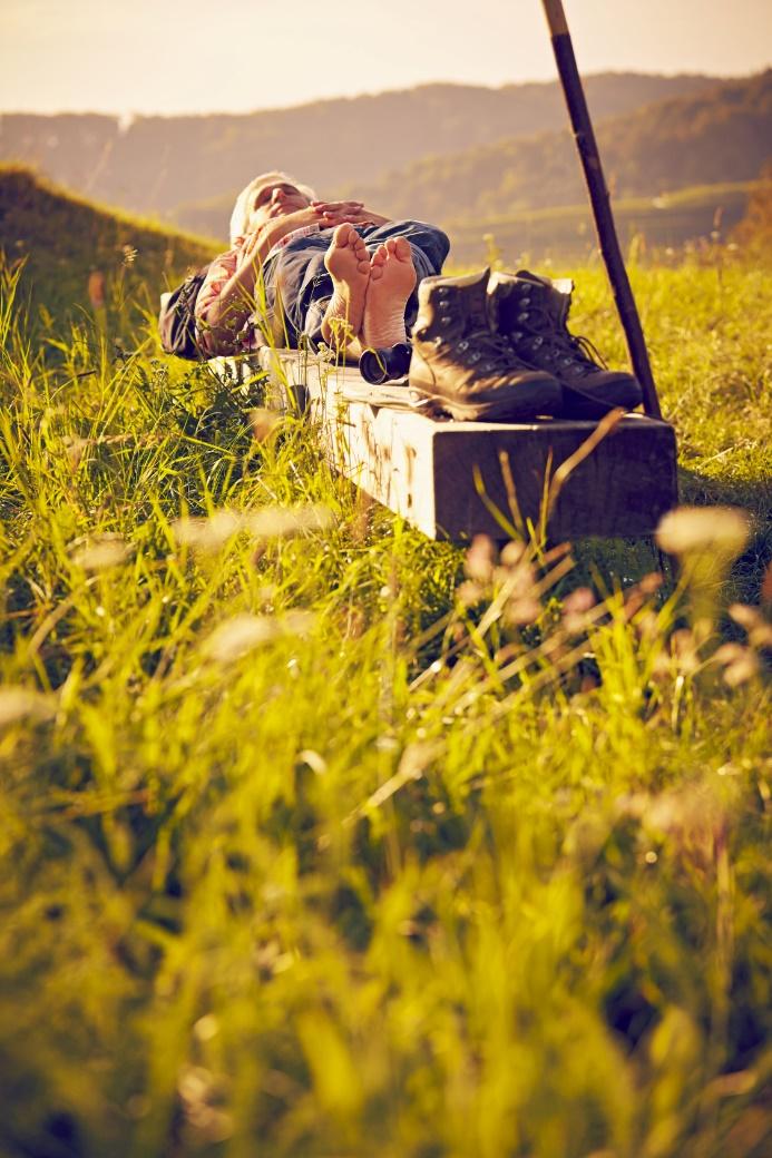 Beim Wandern ist maximale Entspannung die Devise: Kein Zeitdruck, keine Distanzvorgaben und wenn der Körper es will, sich auch einfach mal auf eine Bank legen und der Natur lauschen.