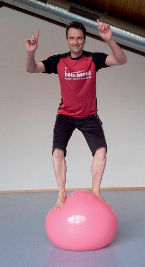 Sitzball-Prinzip: Bewegung nach außen und unten – kontinuierlich Balancehalten und gleichzeitig entspannt und effektiv arbeiten ist nicht möglich.