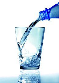 Ein Strahl Mineralwasser fliesst in ein Glas . Foto: Avanti/Ralf Poller .