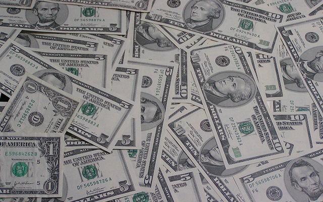 Bild: 1,5 und 10 Dollarnoten von Manuel Dohmen Lizenz: cc-by-sa