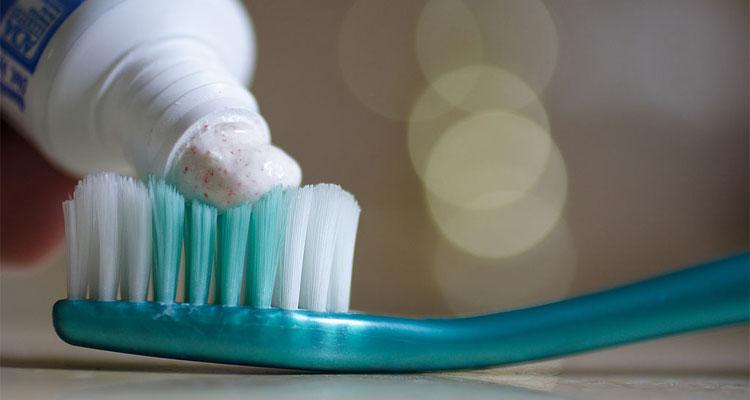 toothpasteonbrush_wikicommons_thegreenj